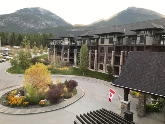 Invermere, Canada: Main entry and check-in parking area