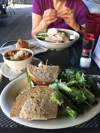 Corte Madera, Kaliforniya: turkey cranberry sandwich (foreground); spring salad (background); tomato soup in middle