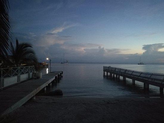 Utila, Honduras: Vu de la plage de Captain Morgan