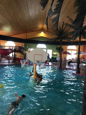 Little Chute, WI: Country Inn & Suites Breakfast Room - Pool 1