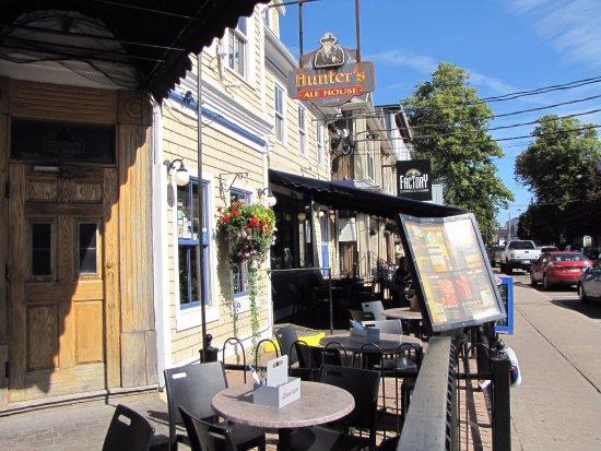 Hunter's Ale House: Hunter's streetside