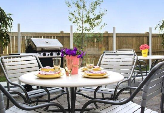 Fairfield Inn & Suites by Marriott Winnipeg: Outdoor Patio