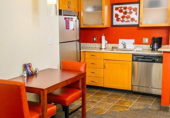 Irmo, SC: King Studio Suite - Kitchen