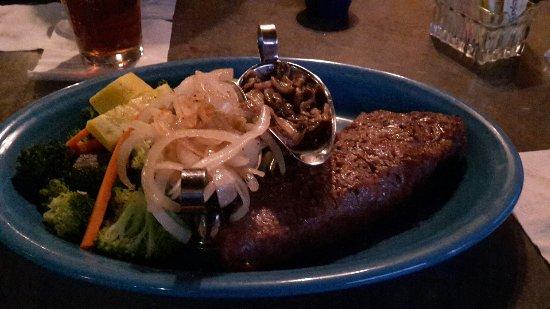 Bonkers Restaurant: Steak mit Gemüse, Zwiebeln und Pilzen