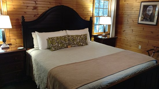 Steeles Tavern, VA: Huge and comfortable bed in Ivy! I loved the dark wood as well:)