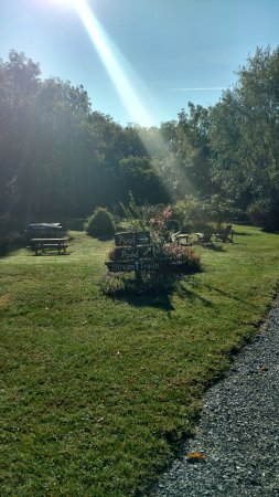 Steeles Tavern, VA: The trail is right beside a stream and is has benches along the way to sit and relax.