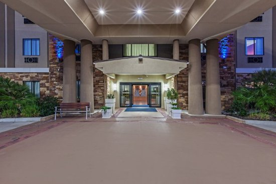 Cleveland, TX: Inviting hotel entrance