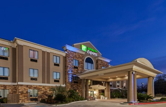 Cleveland, TX: Holiday Inn Express Cleveleand in the evening