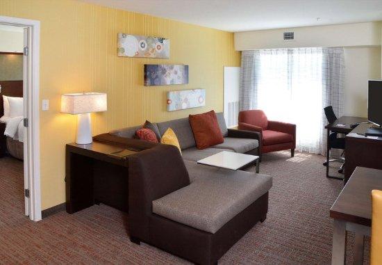 Fairlawn, Οχάιο: Two-Bedroom Suite Living Area
