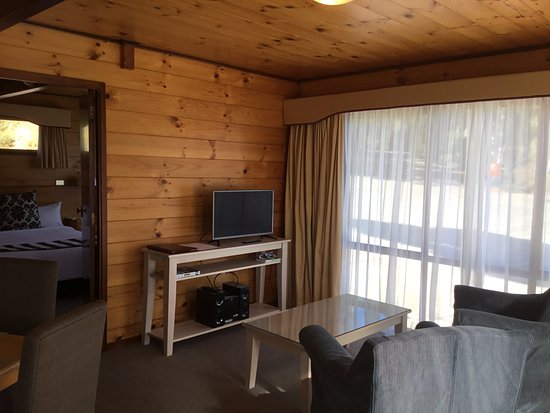 Waiatarua, New Zealand: Garden Spa Apartment Lounge