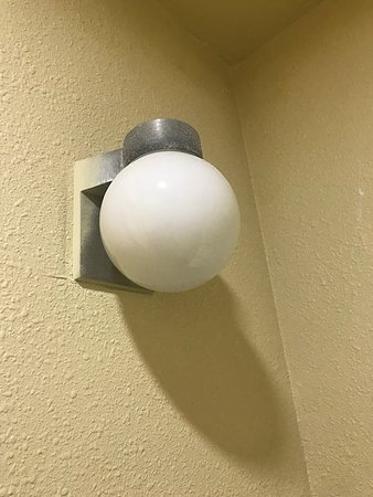 Quality Inn : Random exterior light in bathroom with no switch