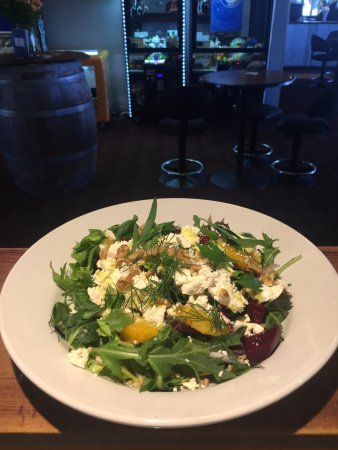 Moruya, Avustralya: Beetroot and feta salad with walnut