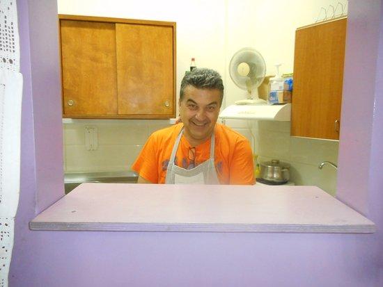 dit is Christos de meest vriendelijke chef van heel Archanes het eten is hier super en met liefd