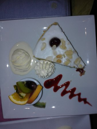 Calver, UK: Bakewell tart with whipped cream and ice cream