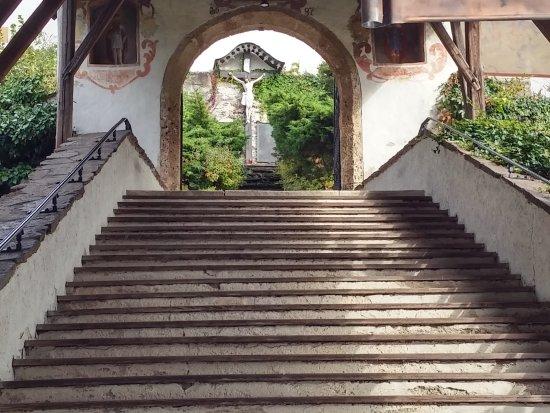 Wallfahrtskirche Maria Worth: Zur Pfarrkirche führt ein Portal mit überdachter Treppe aus 1687.