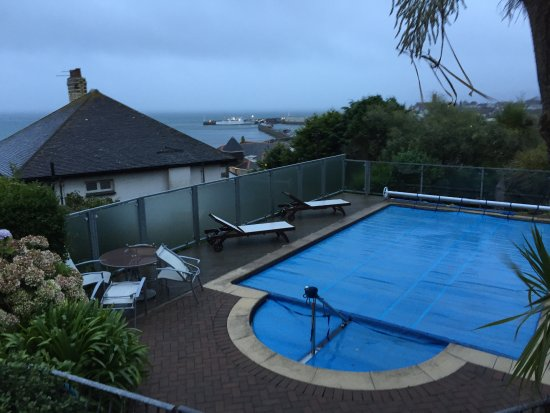 Hotel Penzance : The pool with the Scillonian in the distance