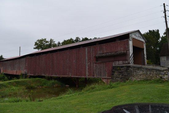 Olde Amish Inn: Covered Bridge ( Puente cubierto de madera) a 2 minutos en coche desde el hotel.