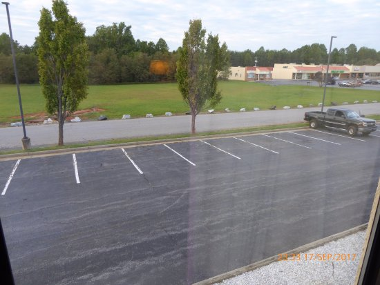 Appomattox, Virginie : Hotel parking lot and service road