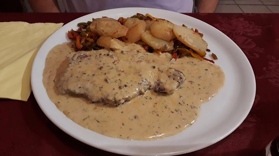 Gospic, Croacia: Rumpsteak with potatoes and vegetables