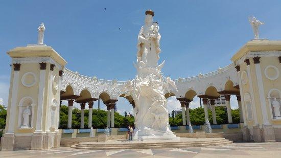 Plaza del Rosario de Nuestra Senora de Chiquinquira : Muy bella...Nuestra Señora de Chiquinquira