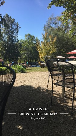 Augusta, Миссури: This cute place is super close to the B&B and the wings are amazing!