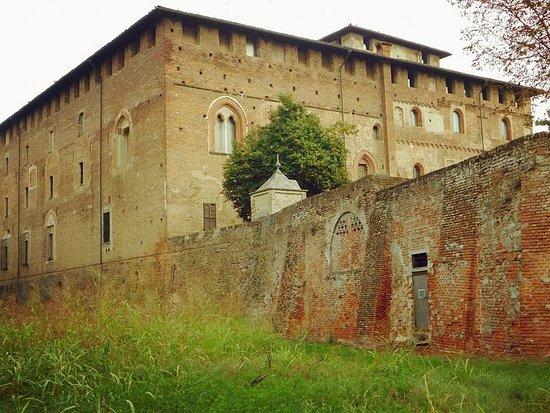 Lardirago, Italy: Imponente  Maniero del XIV secolo.