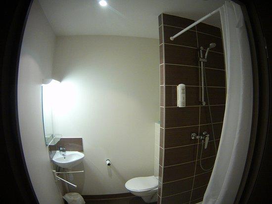Salle de bain avec toilette, lavabo et douche. - Photo de Montempô ...