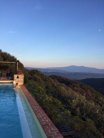 Pari, อิตาลี: Piscina con vista sulle colline toscane