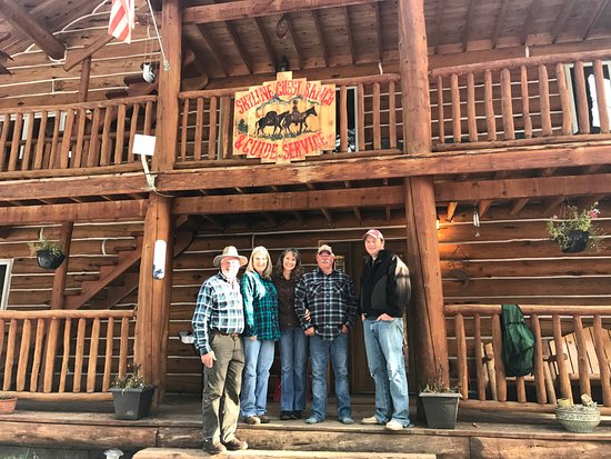 Cooke City, Μοντάνα: My husband, me, Liz, Vic, and Luke in front of the lodge.