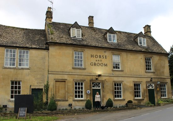 Bourton-on-the-Hill, UK: Outside the charming Inn