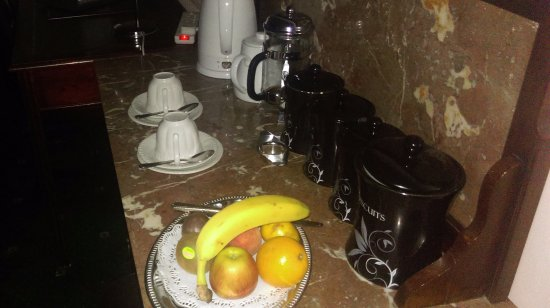 Corse Lawn, UK: In-room tea, coffee and fruit supply