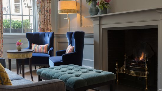 Queensberry Hotel: Drawing room with fire
