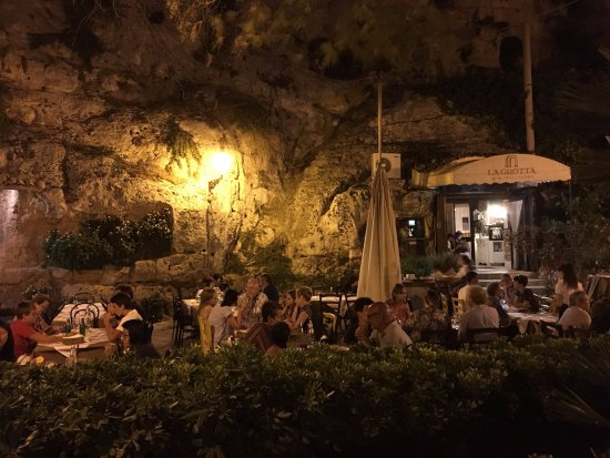 Ristorante La Grotta: The restaurant with its outside decking