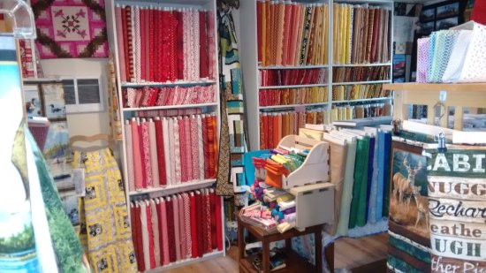 Portola, CA: Quilt makers take notice! Charming store here.