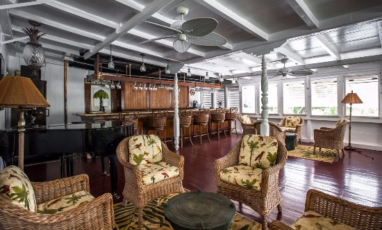 Nevis: In the Great House lounge, mingle before/after dinner, sip cocktails and listen to live local mu