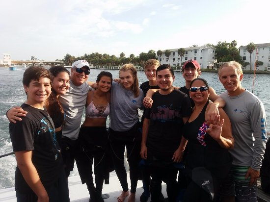 Davie, Floryda: Instructor Tommy Fernandez and Divemaster Harvey Quinton with Open Water Students