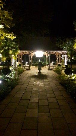 Les Pres d'Eugenie : Chalet d'accueil la nuit...
