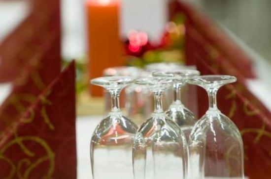 เออร์บานา, อิลลินอยส์: UofI Hospitality studetns learn to focus on precision and detail when preparing for Spice Box me