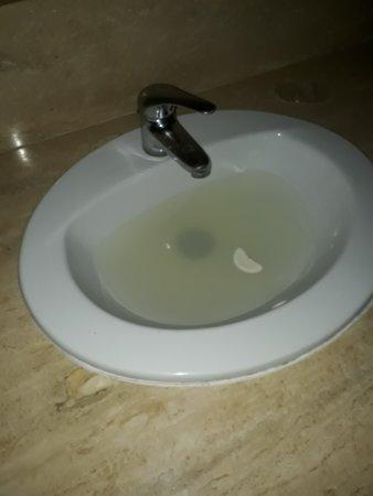 West Plaza Hotel Suite: lavamanos tapado