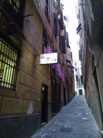 Trattoria da Maria : Вход в тратторию из переулка. Действительно - очень колоритно.