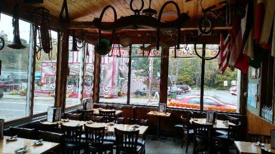 Tannersville, NY: Dining room facing main street