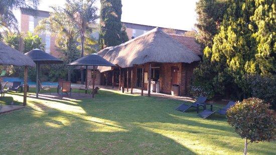 schöner Garten mit Pool - Picture of Aero Guest Lodge, Kempton ...
