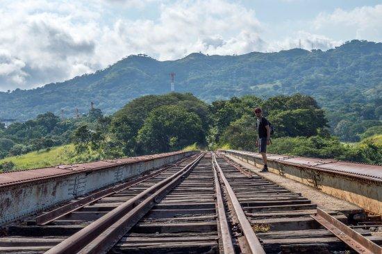 Puente Ferrocarril Rio Grande Atenas: pas de rambardes...