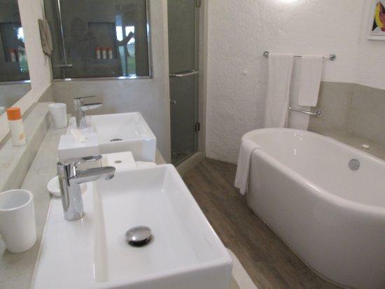 La Pirogue Mauritius: Bathroom