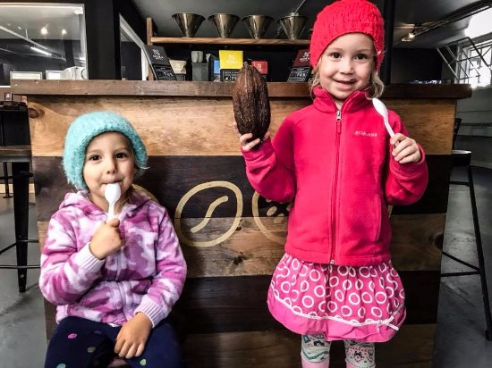 Honesdale, Πενσυλβάνια: Kids enjoying the Saturday tour and tasting at Moka Origins.