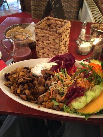 "Cafe Calma: ""Pilzwiese"" (gebratene Knusperchampignons, Kräuterquark, Salatvariation, Himbeer-Vinaigrette, Br"