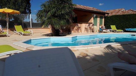 Fleurie, Fransa: La piscine et sa plage
