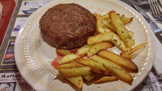 Bastia Umbra, Włochy: Hamburger di Fassona 500 g con patate speziate