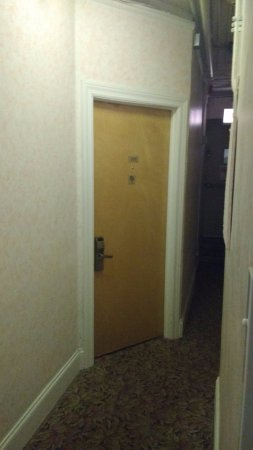 Travelodge by Wyndham Downtown Chicago: Entrance to room from corridor