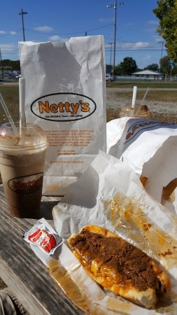 Marblehead, OH: The Netty's experience, chili dogs, fries and a root beer float.